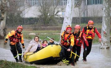 Il fiume Enza esondato, soccorritori evacuano famiglie