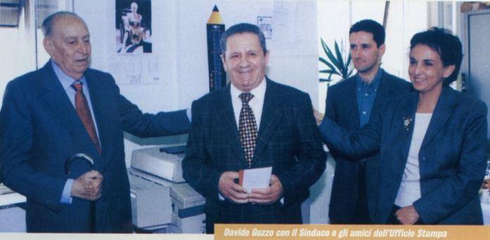 Nella foto Davide Guzzo al centro tra l'allora sindaco Giacomo Mancini e Elena Scrivano