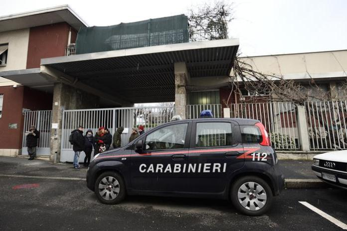 Investigatori dell'Arma davanti la sede Lamina in via Rho a Milano