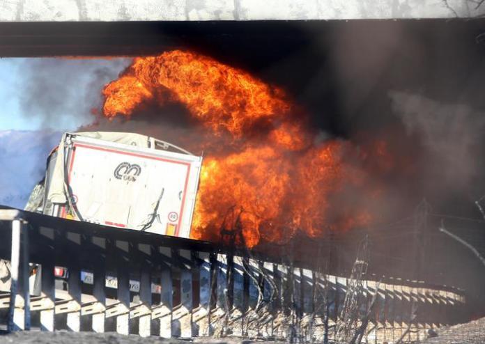 La cisterna a fuoco sull'A21