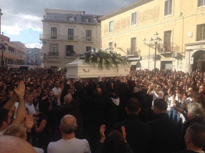 Omicidio Parretta, folla immensa a funerali