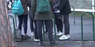 studenti davanti a scuola roma