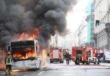 Roma: autobus in fiamme a via del Tritone, nube di fumo