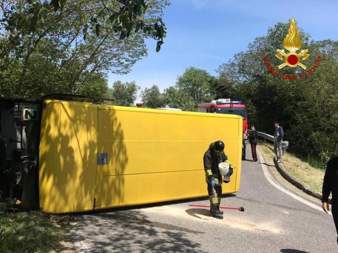 Si ribalta scuolabus, feriti 7 studenti. L'autista scappa ma viene preso