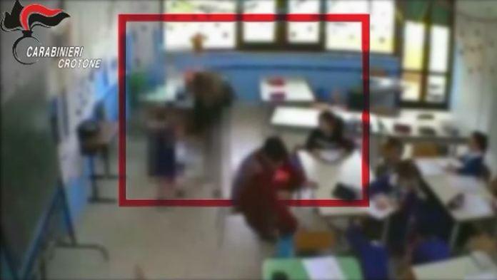 Strattoni e insulti ai bambini delle elementari, sospese tre maestre