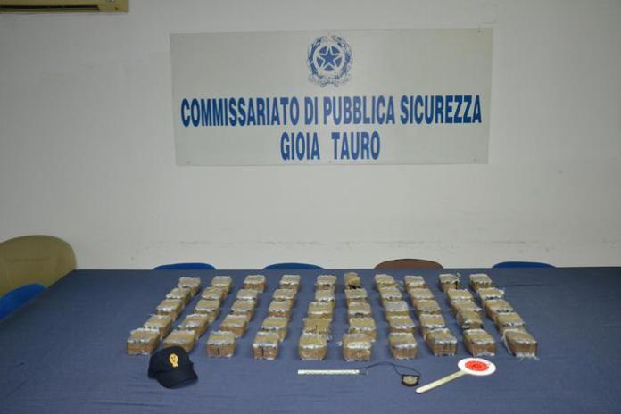Droga: bloccati su Salerno-Reggio Calabria con 50 chilogrammi di hashish, due arresti della polizia