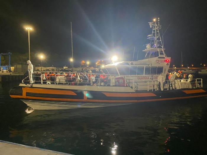 Sbarchi, cento migranti a Roccella