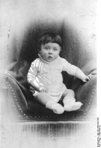 Bundesarchiv_Bild_183-1989-0322-506,_Adolf_Hitler,_Kinderbild