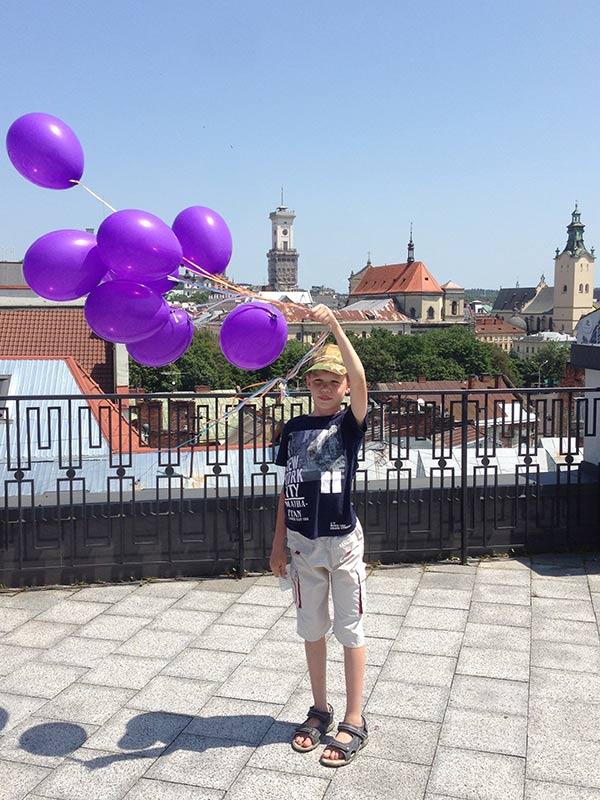 Мальчик Борис и шарики