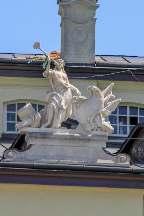 Скульптура Слава с дома 3