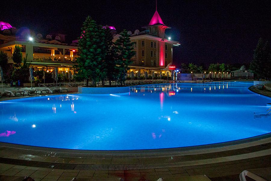 Вечерняя подсветка бассейна