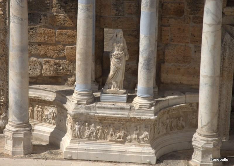 Древняя статуя на сцене театра