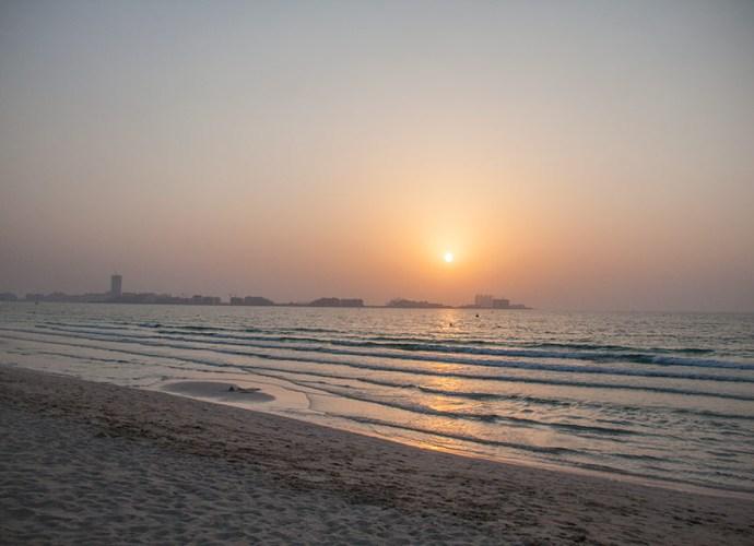 Персидский залив на закате, вдали видна пальма