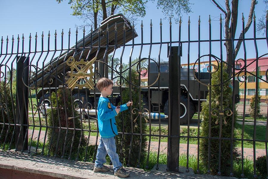 Борис смотрит на танки за забором