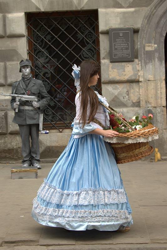 Девушка с конфетами