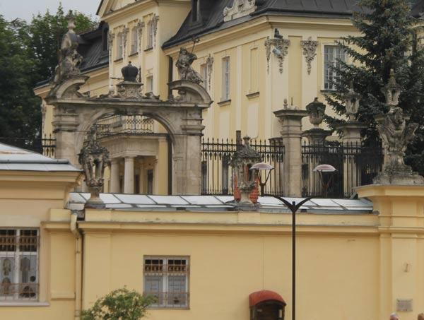 Ворота во двор церкви Святого Юра