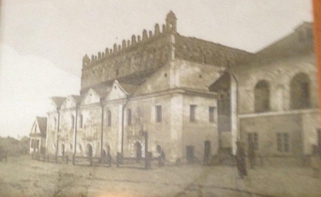 Здание синагоги на фото