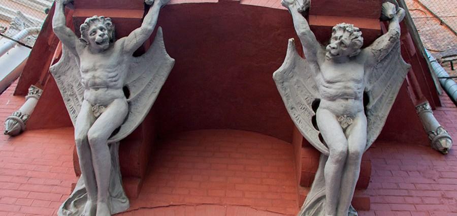 Крылатые демоны у дома Барона