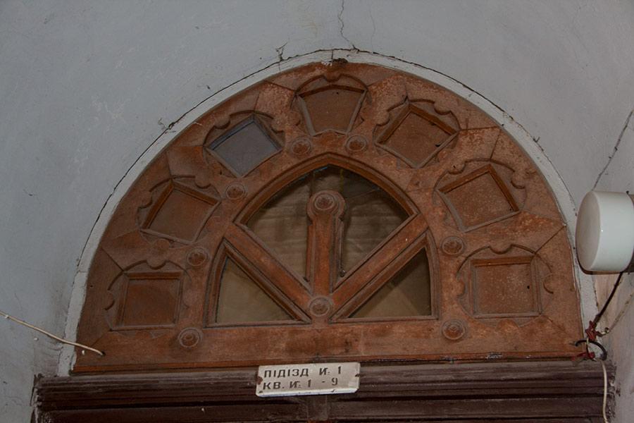 Над входом в дом