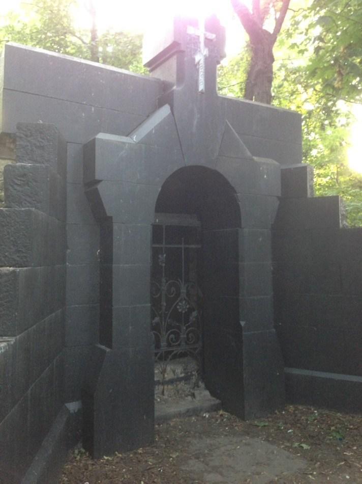 Старый черный склеп на Замковой горе
