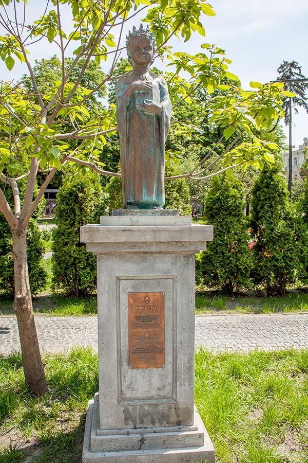 Памятник Анне Ярославне - королеве Франции