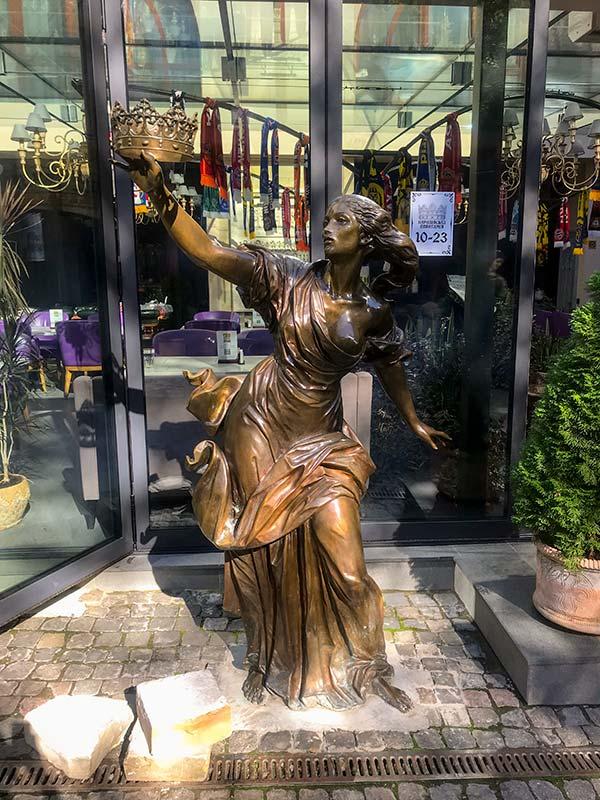 Скульптура с короной