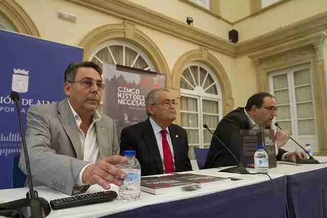De izquierda a derecha, Alfonso Viciana, Andrés García Lorca y Rafael Leopoldo Aguilera, en la presentación de 'Cinco historias necesarias'. Foto de Diputación de Almería