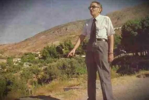 Pepe Roldán Cobos señalando el supuesto lugar donde vió al poeta