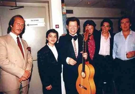 Sabicas sostiene una guitarra ante Paco de Lucía, Enrique Morente y Jeronimo MayaSabicas sostiene una guitarra ante Paco de Lucía, Enrique Morente y Jeronimo Maya