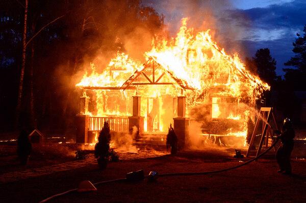 Maison incendiée : 8 choses à savoir avant de réparer les dégâts