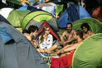 """As áreas de camping são tomadas só algumas horas depois das portas do festival serem abertas. O Sziget nem começou ainda, pelos menos pro gringos. """"Dia 1"""" e """"Dia 0"""" são para povo da casa. Dois dias dedicados a música, artes e outras celebrações tradicional na Hungria."""