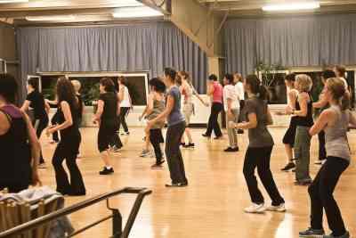 Aerobic-Kurs mit vielen Teilnehmern