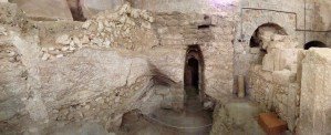 Panoramic view of first-century house with surviving plaster at far left (© Gregory Jenks)