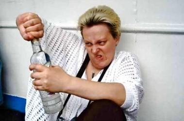 Пьяная девушка неудачно поэкспериментировала с трубой ...