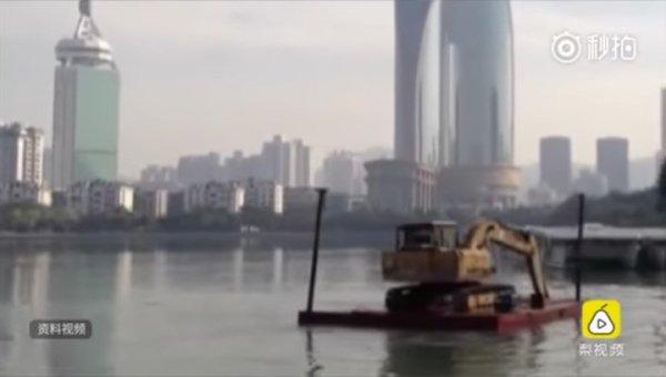 В Китае мужчина пытался переплыть реку на экскаваторе ...