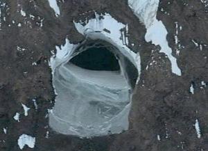 Google Earth svela due strani ingressi in Antartide, basi segrete aliene?