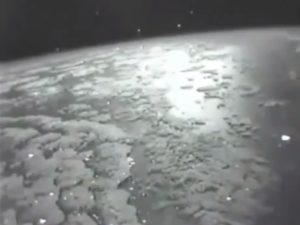 Spettacolare video di centinaia di Ufo registrati dalla Stazione Spaziale Internazionale