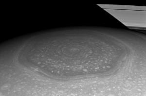 NASA: Cassini fotografa enorme e misterioso esagono su Saturno