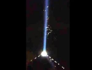 Orbs intorno al fascio di luce dell'Hotel Luxor a Los Angeles