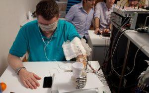 Italiana la prima mano bionica che parla al cervello