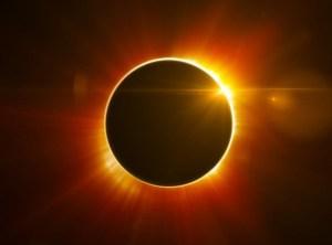 Cerchio di fuoco in cielo per l'arrivo dell'eclissi anulare