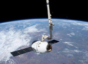 La capsula SpaceX Dragon di ritorno verso la Terra