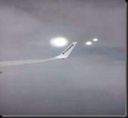 Sfere di luce inseguono un volo della Ryanair