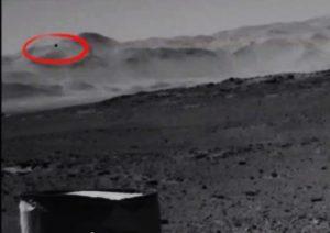 Curiosity fotografa uno strano oggetto