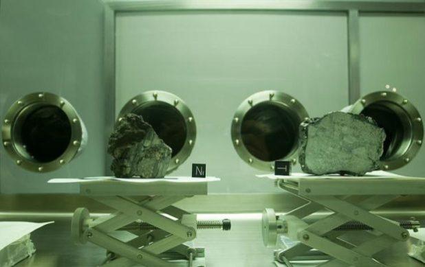 Due rocce lunari esposte al Johnson Space Center di Houston