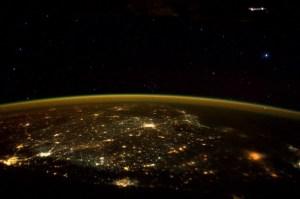 Astronauta della ISS fotografa una navicella aliena