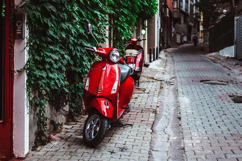 ¿Se puede estacionar motos en la vereda?