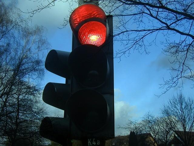 Multa por cruzar semaforo en rojo