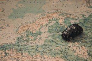 Automodell auf Europa-Landkarte