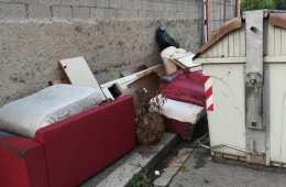 Via de' Bernardi, abbandono rifiuti (Foto da Comitato 50145)